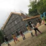 建設中の新キャンプハウスをバックに
